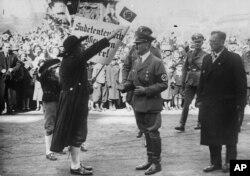 Делегація судетських німців вітає Адольфа Гітлера у Відні, 15 березня 1938 року