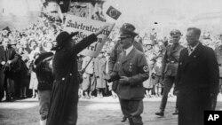Sudet almanları Adolf Hitleri salamlayırlar (1938)