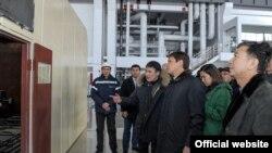 Сапар Исаков баштаган өкмөт мүчөлөрү ЖЭБнын иши менен таанышуу үчүн барган кези. 27-январь, 2018-жыл