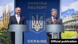 Președinții Slovaiciei, Andrej Kiska (L), și Ucrainei, Petro Poroșenko, la frontiera comună sărbătorind duminică liberalizarea vizelor
