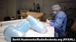 У Києві розгорнули цех із виготовлення захисних масок для лікарів. Спеціальний захист друкують на 3D-принтерах