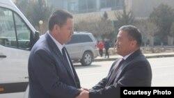 Өкмөттүн Баткен облусундагы өкүлү Алишер Абдрахманов менен Өзбекстандын Фергана облусунун башчысы Шухрат Ганиев. Архивдик сүрөт.