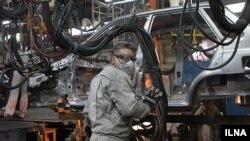 илустрација, работник во фабрика за производство на автомобили