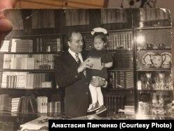 Петр Чеканов с внучкой Анастасией на руках