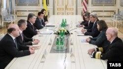 Державний секретар США Джон Керрі під час зустрічі з президентом України Петром Порошенком у Києві