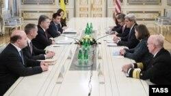 Державний секретар США Джон Керрі та президент України Петро Порошенко під час зустрічі в Києві, 5 лютого