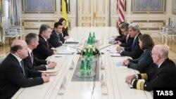 Державний секретар США Джон Керрі та президент України Петро Порошенко під час зустрічі в Києві, 5 лютого 2015 року