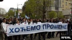 Opozicione stranke prikupile su i 12. aprila 2010 predale milion potpisa uz zahtev za raspisivanje vanrednih izbora, foto: Vesna Anđić