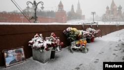 Мәскеудің орталығындағы Борис Немцов қаза тапқан жерге қойылған саясаткердің портреті мен гүл шоқтары. Ақпан 2016 жыл.