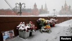 Цветы и портрет российского оппозиционного политика Бориса Немцова на месте его убийства в Москве. 2 февраля 2016 года.