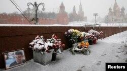 Народный мемориал на месте, где был убит Борис Немцов, на Большом Москворецком мосту