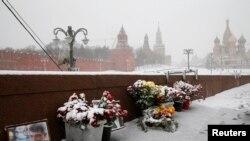 На Большом Москворецком мосту, где в ночь на 28 февраля 2015 года был убит российский оппозиционный политик Борис Немцов.