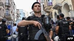 یک مامور پلیس ترکیه در مقابل دفتر حزب دموکراتیک خلق های ترکیه
