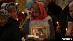 Метродағы теракт құрбандарына шіркеуде дұға бағыштап тұрған адамдар. Санкт-Петербург, 5 сәуір 2017 жыл.