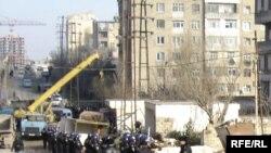 Polisin nəzarəti ilə kran köşkləri sökür, 8 mart 2007