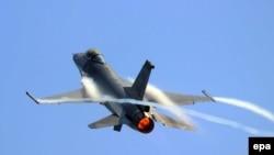 На снимке: истребитель F-16