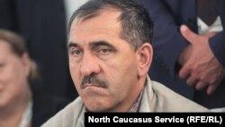 Маловероятно, что Евкуров в суде появится, тем более что он уже несколько раз присылал заявление с просьбой рассмотреть дело без его участия