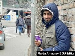 Abdul Rauf svaki dan na glavnim sarajevskim ulicama prodaje papirne maramice