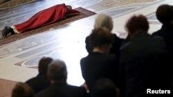 Папа Рымскі Францішак моліцца ў саборы сьвятога Пятра ў Ватыкане