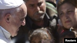 Папа сустракаецца з уцекачамі і мігрантамі на высьпе Лесбас 16 красавіка.
