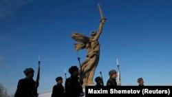 У монумента «Родина-мать» в российском городе Волгограде.