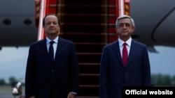 Президент Франции Франсуа Олланд (слева) и президент Армении Серж Саргсян во время официальной церемонии приветствия президента Франции в ереванском международном аэропорту «Звартноц», Ереван, 12 мая 2014 г.