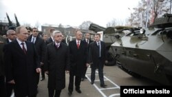 Armenia -- Presidents Serzh Sarkisian of Armenia and Vladimir Putin of Russia inspect a Russian military base in Gyumri, 02Dec2013
