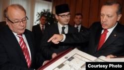 Лидер татарской диаспоры Окан Дахер (слева), Рамиль Беляев и президент Турции Эрдоган на встрече в 2010 году