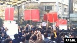 در اعتراضات دانشجويی اخير، شعارهای متفاوتی از سوی گروه های مختلف سر داده می شود