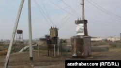 Türkmenistandaky köneleşen elektrik transformatorlaryň biri. Arhiwden