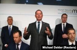 Izaslanik američkog predsednika Ričard Grenel (u sredini). Iza njega su predsednik Kosova Hašim Tači i predsednik Srbije Aleksandar Vučić. Tokom potpisivanja infrastrukturnih sporazuma na Minhenskoj konferenciji, 14. februara 2020.