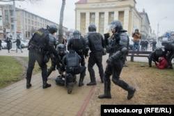 АМАП зьбівае пратэстоўцаў, 25 сакавіка 2017 году. Ілюстрацыйнае фота