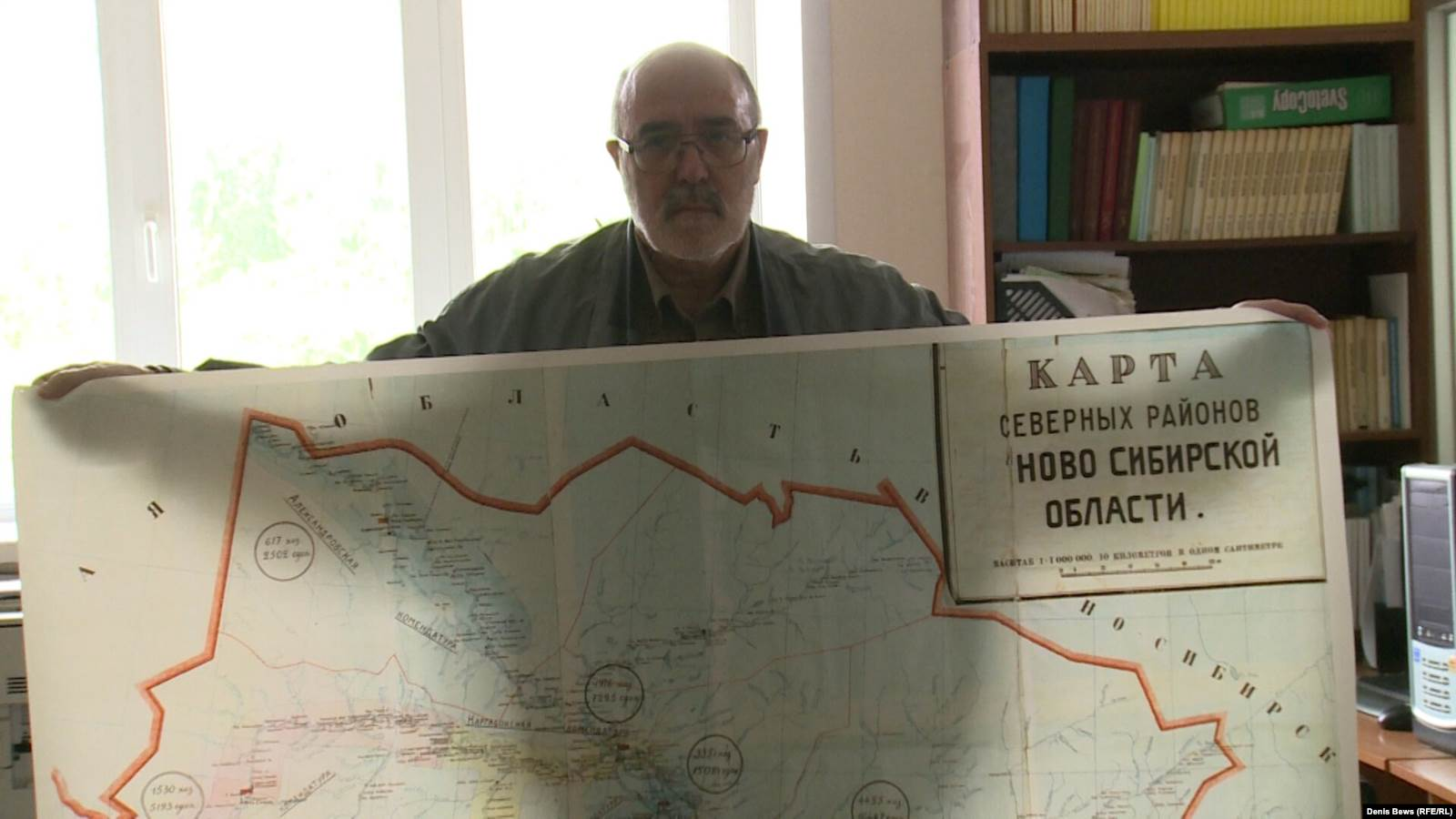 Сергей Красильников показывает карту северных районов Сиблага