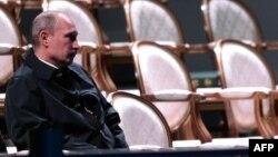 Rusiya prezidenti Vladimir Putin Sankt-Peterburqda keçirilən Böyük 20-lərin sammiti ərəfəsində Peterhof bağında təkbaşına oturub. 5 sentyabr 2013