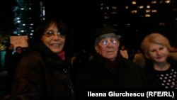 Mary Georgescu, Mirca Carp și Trudi Dumitrescu, foști jurnaliști ai Europei Libere, la demonstrația de la Muenchen.