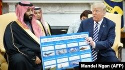 دونالد ترامپ در حال نشان دادن مجموعهای از اقلام دفاعی فروخته شده به عربستان سعودی، در دیدار با محمد بن سلمان در اسفند ۹۶/ آمریکا رکورددار فروش و عربستان سعودی رکورددار واردات تجهیزات نظامی هستند.