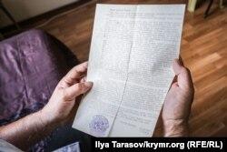 Умеров перечитує лист Мустафи Джемілєва, після якого він у червні 1978 року схвалив рішення припинити голодування