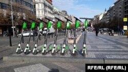 На повечето места електрическите скутери са на импровизирани стоянки