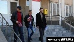 Активисты выходят из здания суда