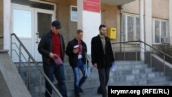 Вельдар Шукурджієв (ліворуч) і Леонід Кузьмін (праворуч) виходять із будівлі суду, 10 березня 2015 року