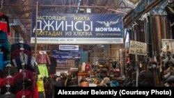 """Торговые ряды на рынке """"Дордой"""" в пригороде Бишкека."""