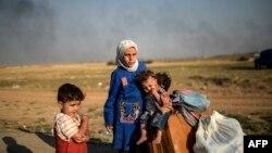 Түркия -- Акчакале бекетинен өтүп жаткан сириялык качкын балдар, 16-июнь, 2015.
