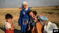 Сирийские дети на турецко-сирийской границе.