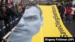 З вимогою звільнити Олега Сенцова виступають у різних країнах світу. На фото – плакат із зображенням Олега Сенцова на опозиційному мітингу в Москві, 10 червня 2018 року
