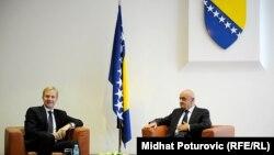 Šef Delegacije EU u BiH Peter Sorensen predao je predsjedavajućem Vijeća ministara BiH Vjekoslavu Bevandi Izvještaj Evropske komisije, Sarajevo, 8. oktobar 2014.