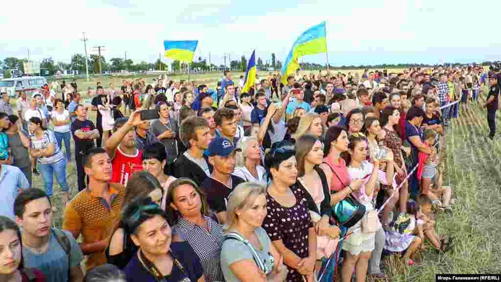 Андрій Хливнюк перед початком концерту зазначив, що група не очікувала, що на адмінкордон приїдутьглядачі