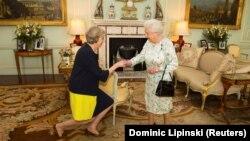 Mbretëresha britanike, Elizabeta II e mirëpret Theresa May në pallatin mbretëror, Buckingham