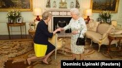 Böyük Britaniya - Kraliça Yelizaveta Theresa May-i Bukingem Sarayında qəbul edir. 13 iyul, 2016