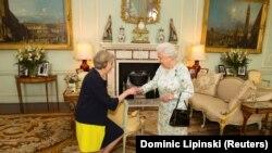 Pamje e një takimi të mëparshëm të kryeministres May me Mbretëreshën Elizabeth