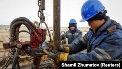 «ҚазМұнайГаз» мұнай компаниясының кенішінде жұмыс істеп жатқан адамдар. Қызылорда облысы. 21 қаңтар 2016 жыл.